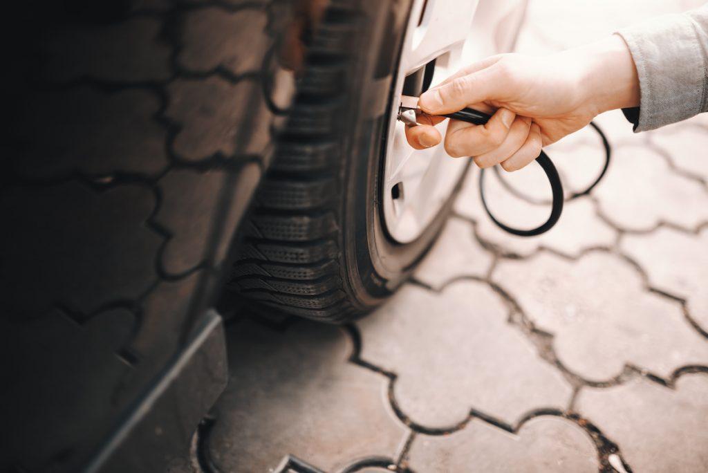 Comment et quand doit-on vérifier la pression des pneus (pression d'air) ?